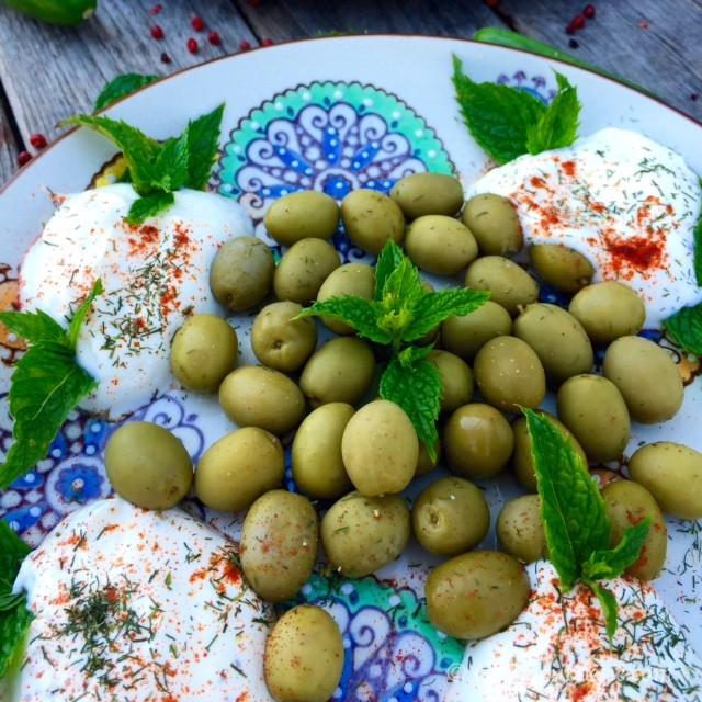 Türkischer Joghurt mit Oliven und Minze