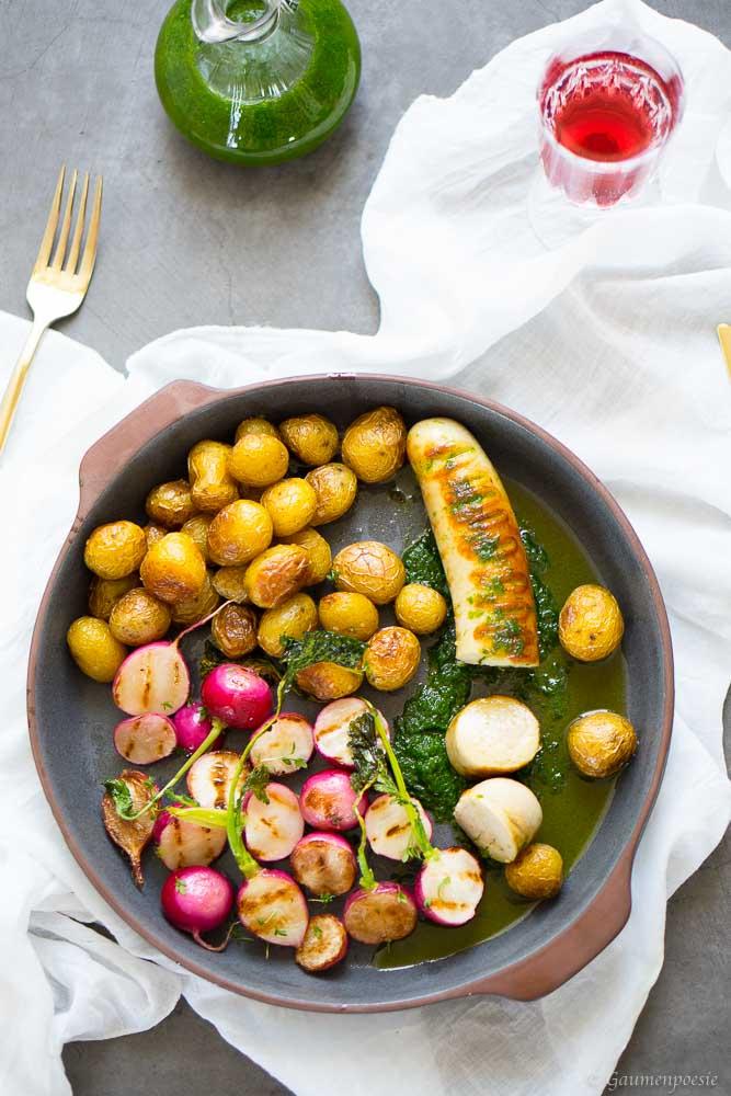 Kalbsbratwurst mit Schnittlauchöl, gegrillten Radieschen und Bratkartoffeln 4