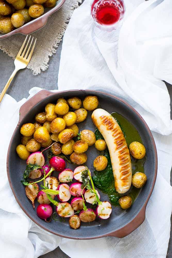 Kalbsbratwurst mit Schnittlauchöl, gegrillten Radieschen und jungen Bratkartoffeln 1