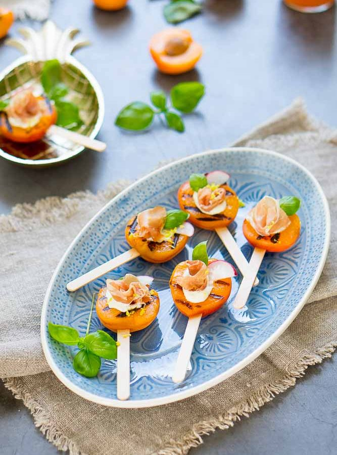 Gegrillte Aprikosen-Lollies mit Prosciutto